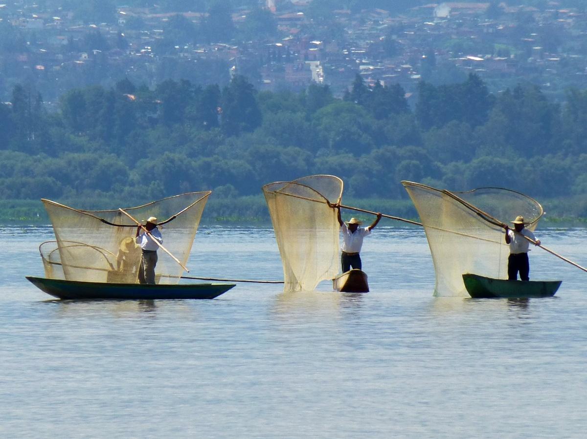 pescadores de patzcuaro lanzando sus redes al agua