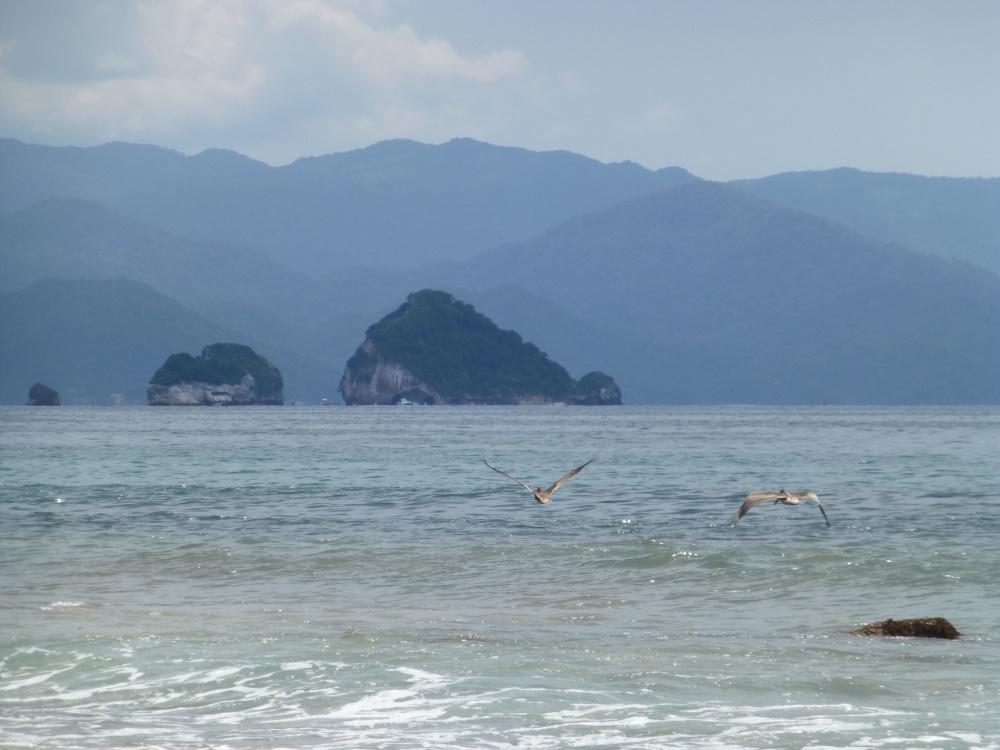 """Vista desde la playa de las formaciones rocosas llamadas """"Los Arcos""""."""