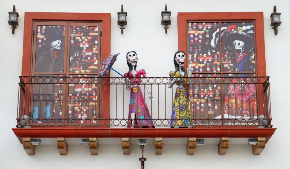 Figuras en la fachada de una de las tiendas del malecón.