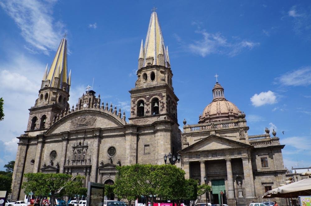 Fachada principal de la Catedral desde la Plaza de Guadalajara.