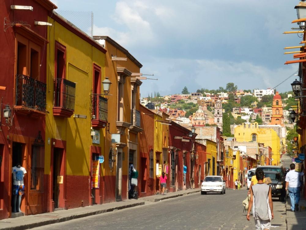 Casas de colores en la calle principal.