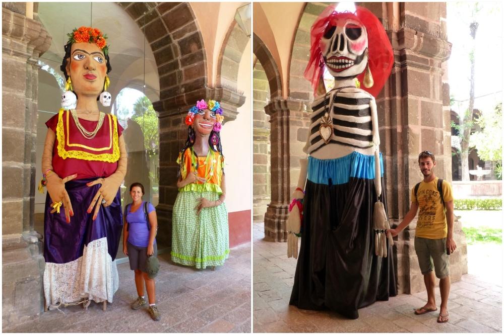 Junto a esculturas en uno de los museos del folklore.