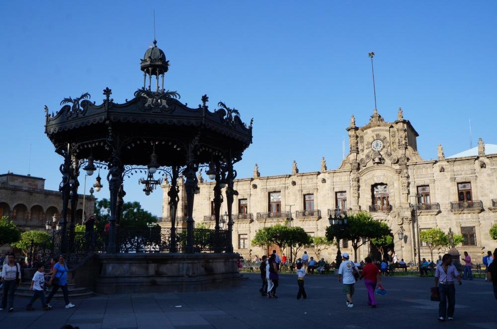 Plaza de Armas con el museo regional de Guadalajara al fondo.