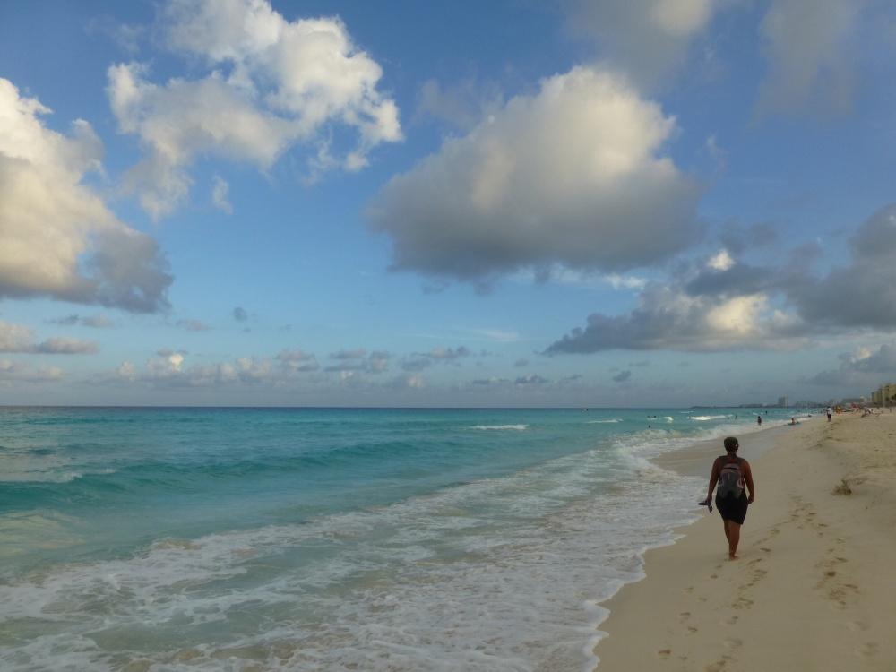Paseo por la orilla de las playas de Cancún.