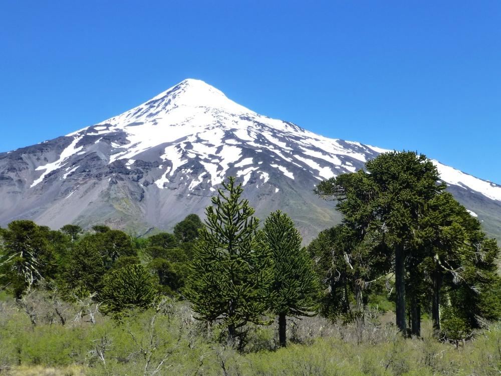 Increíble estampa del Volcán Lanín desde la oficina de inmigración.