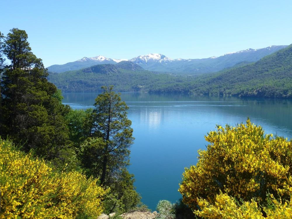 El lago desde el camino que lo rodea.