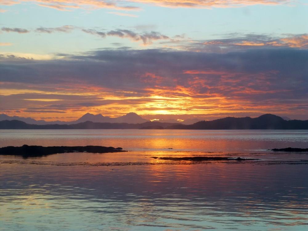 Amanecer en las aguas de los fiordos patagónicos.