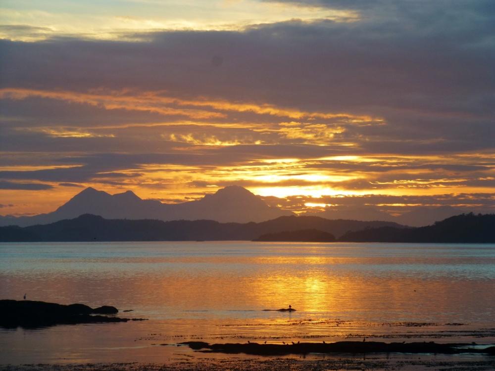El perfil montañoso del entorno se dejaba ver con los primeros rayos de luz.