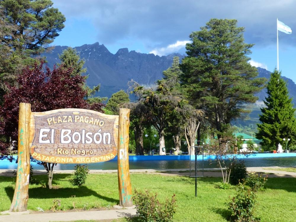 Plaza principal del Bolsón con el entorno montañoso de fondo.