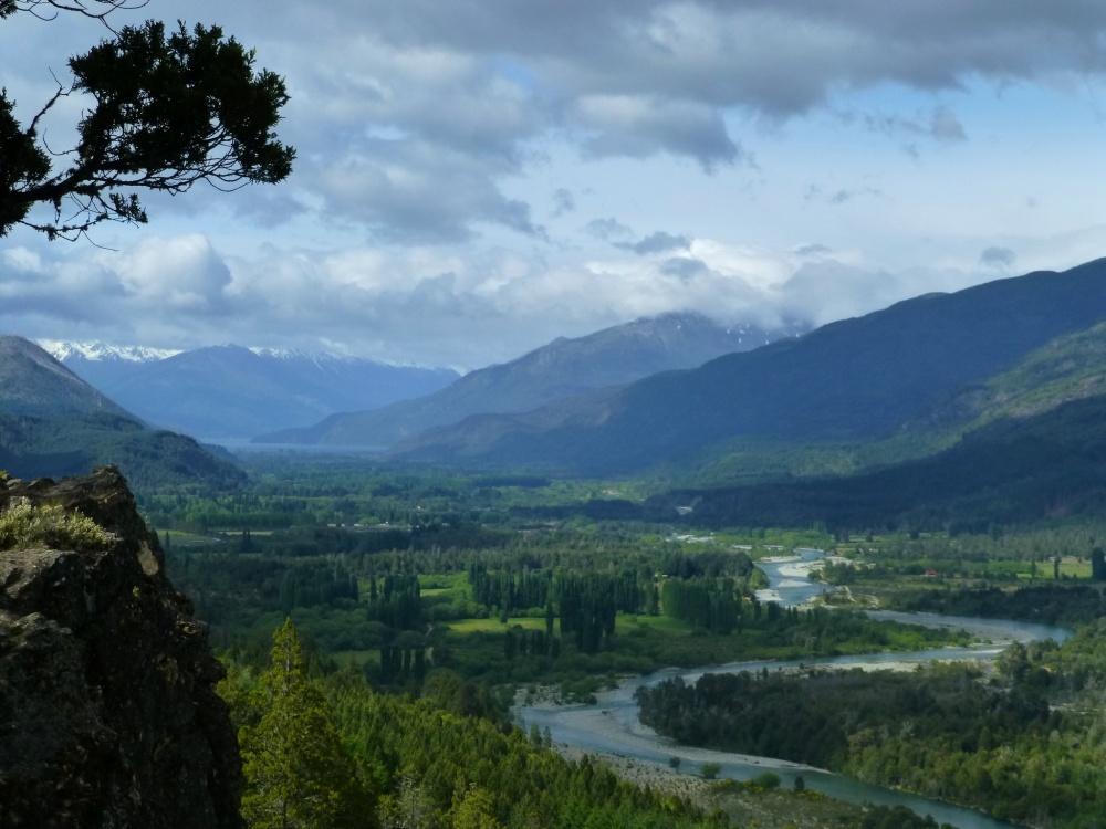 Valle del río Azul con el lago Puelo al fondo.