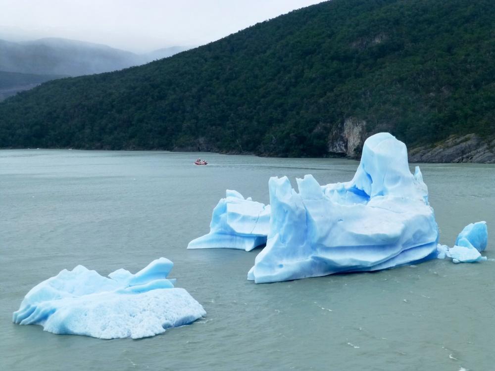 Pequeños icebergs flotando a la deriva nos indican que nos aproximamos al glaciar.