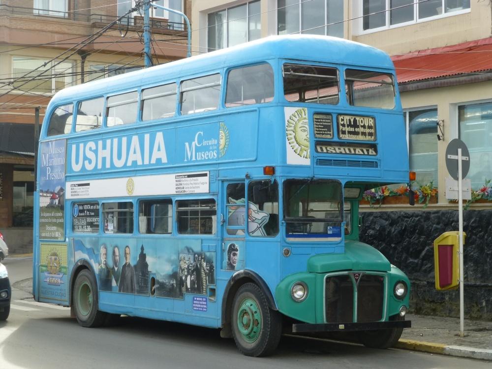 Bus publicitario en la turistica y poblada Ushuaia.