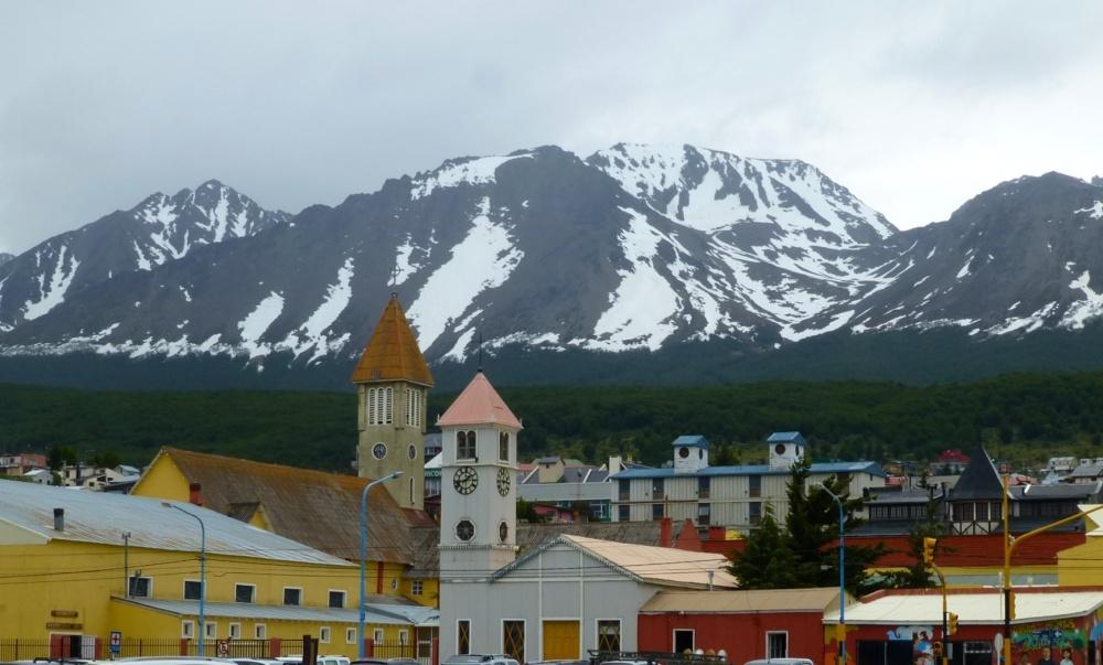 Perfil de las Torres que sobresalen de la ciudad con las montañas que la rodean al fondo.
