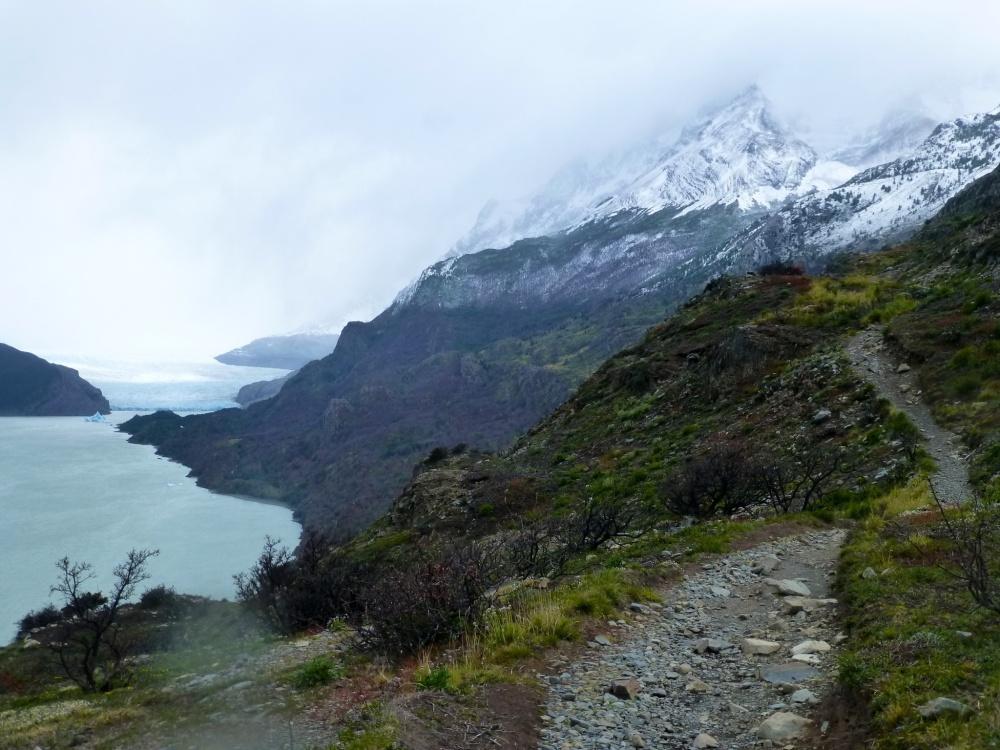 Camino rocoso hacia el glaciar Grey, que se intuye al fondo.