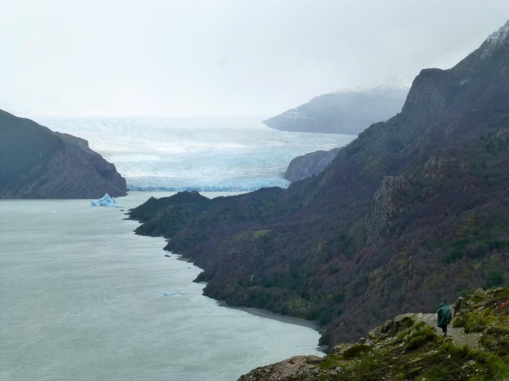 Raquel acercándose al glaciar donde nos impresiona sus gigantescas dimensiones!
