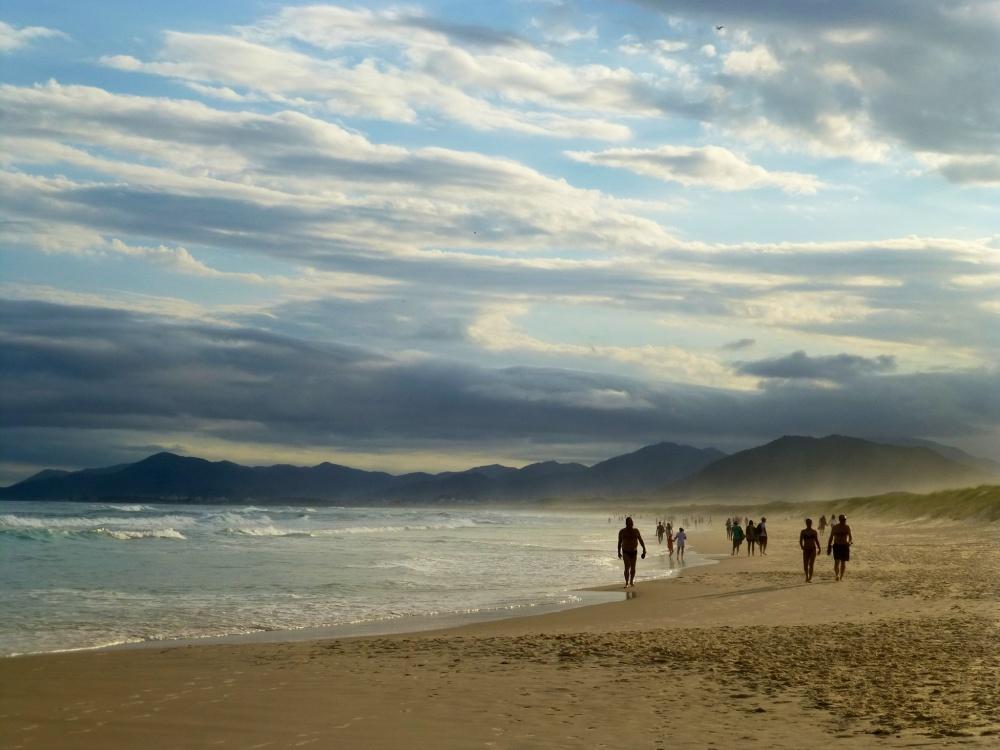 La playa es ideal para hacer ejercicio con la caída del sol.
