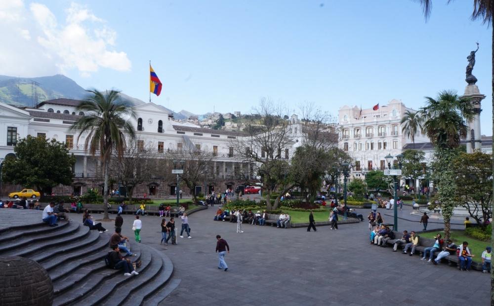 Plaza Grande con el Palacio de Gobierno a la izquierda y el Palacio Arzobispal a la derecha.