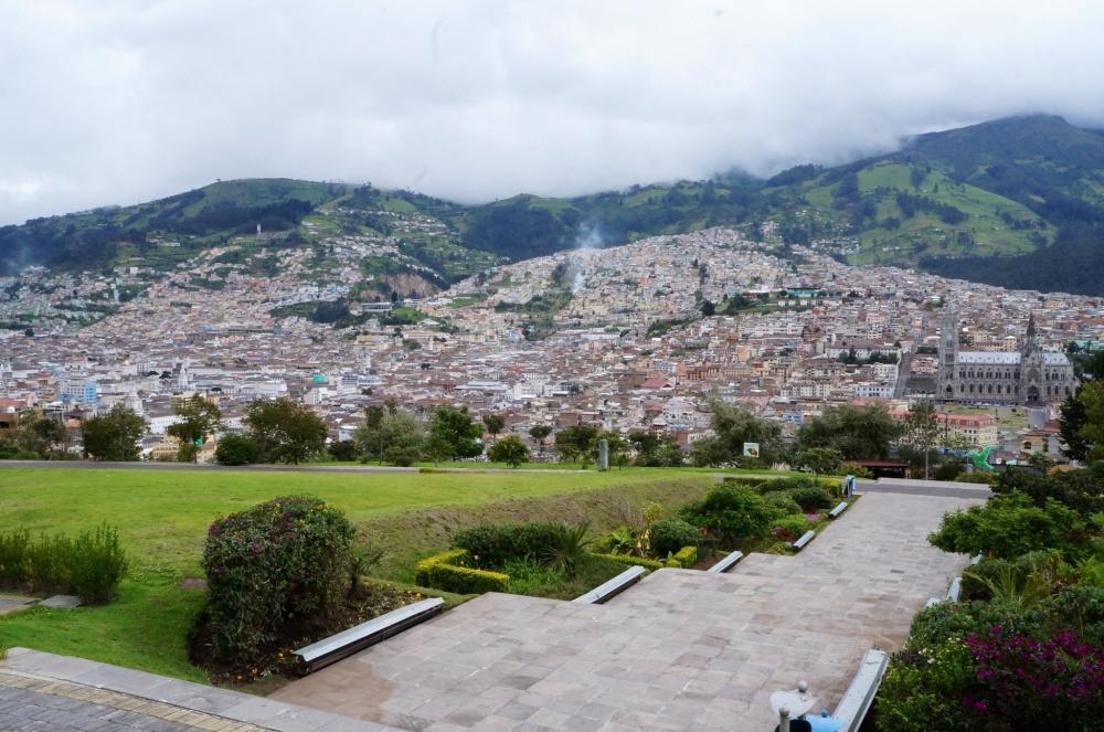 Parque Itchimbia con el casco histórico de Quito al fondo.