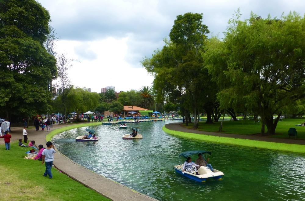 Canal de agua donde pedalear en bote.