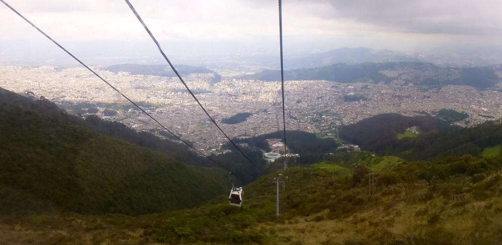 Vista de la enorme ciudad de Quito desde el teleferiQo a casi 4000 metros de altitud.