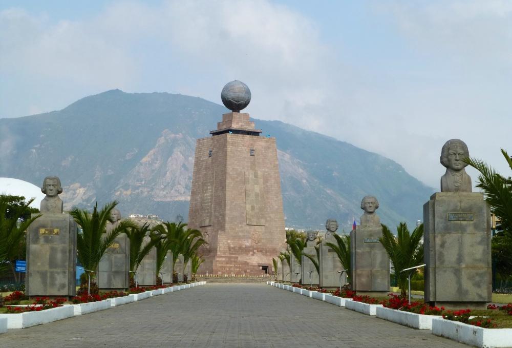 Monumento de La Mitad del Mundo que marca la línea del ecuador.