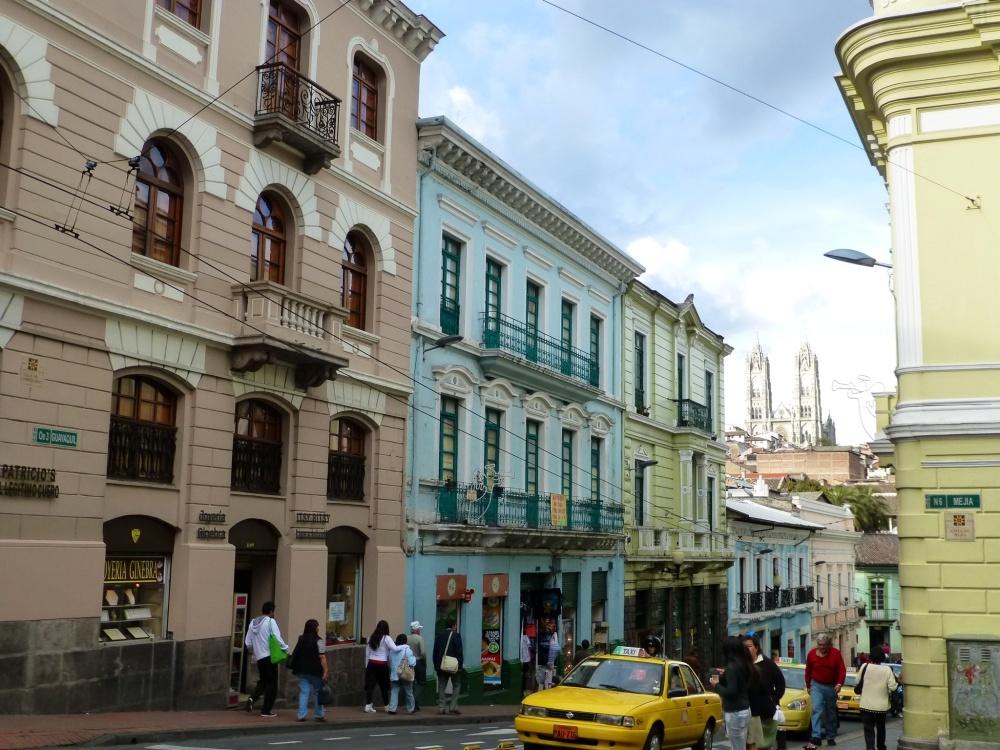 """Las fachadas de colores pastel """"alegran"""" la ciudad."""