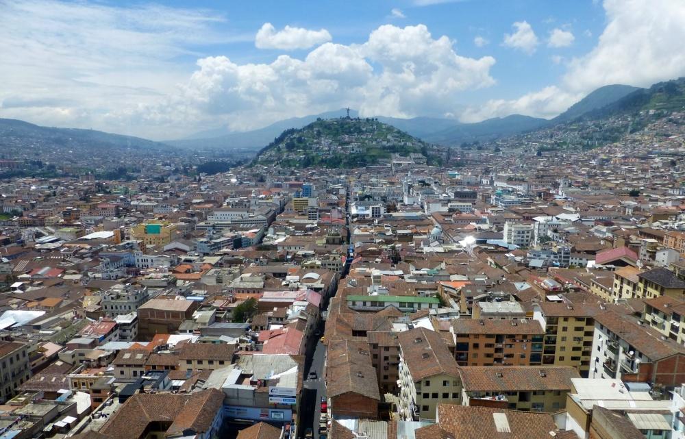 """Vista desde las Torres de la ciudad histórica con el cerro """"El Panecillo"""" al fondo."""