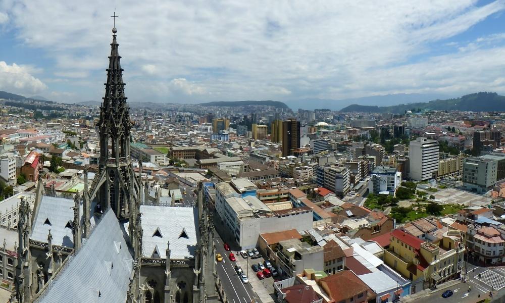 Por detrás de la basílica se extiende la ciudad nueva, llena de edificios altos.