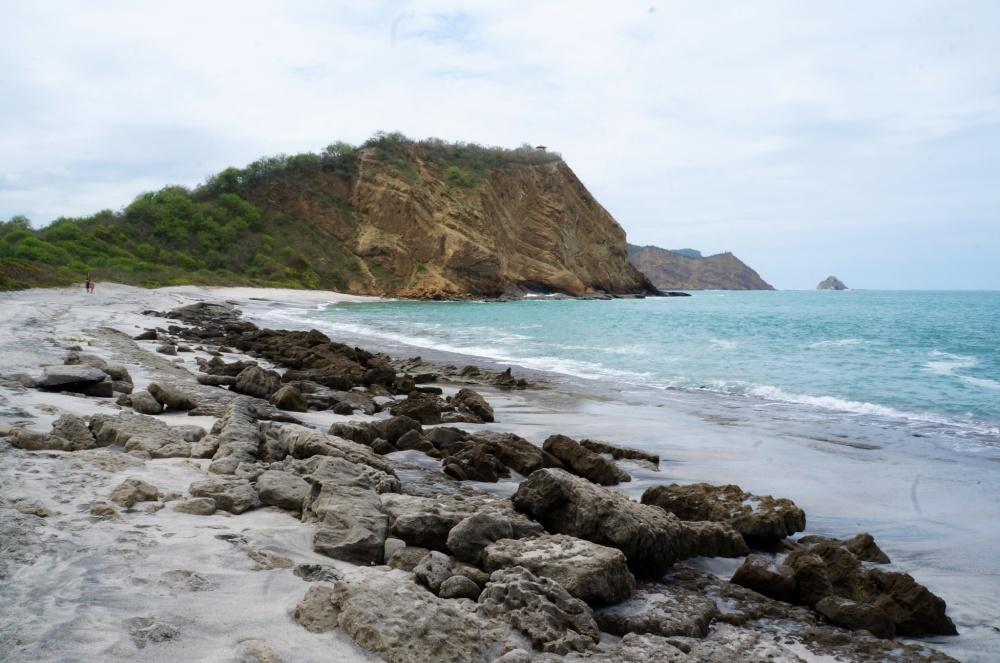Una de las playas con rocas en la orilla.